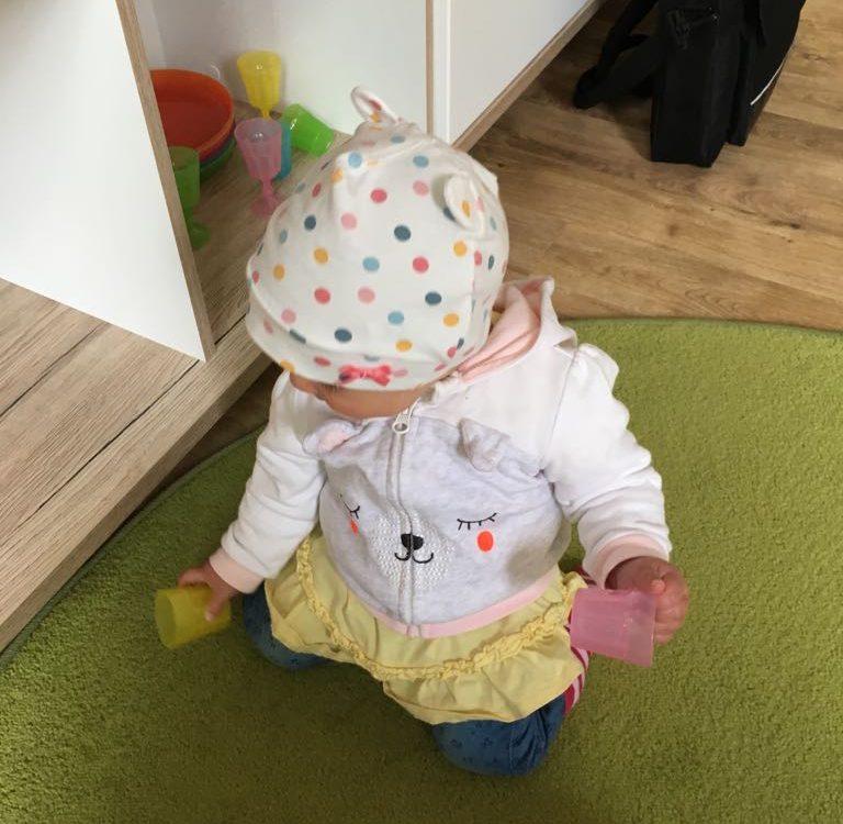 Kleines Mädchen in der Logopädie Praxis